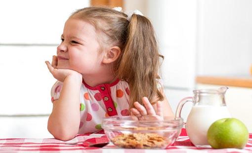 5 أخطاء تجعل طفلك يرفض الطعام