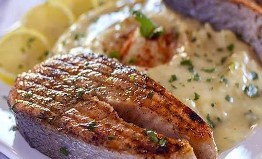 سمك السلمون المشوي مع الصوص