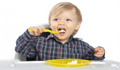 إستخدام طفلك للملعقة.. خطوة هامة له