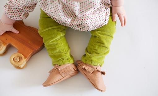 الحذاء المناسب للطفل المبتدئ في المشي
