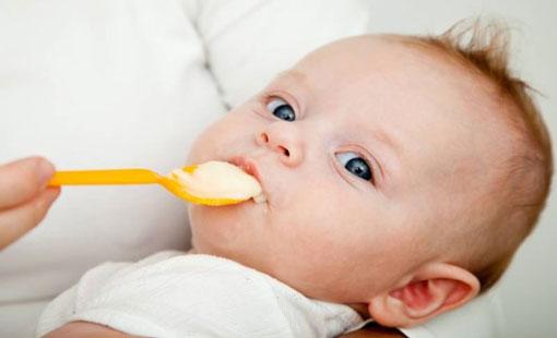 الأطعمة المناسبة للأطفال من الشهر الرابع
