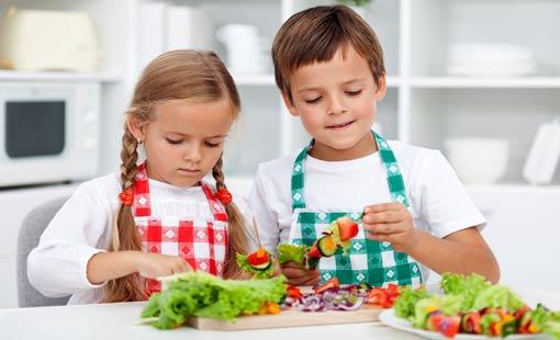 اجعلي وقت تناول الطعام أكثر إيجابية لأطفالكِ