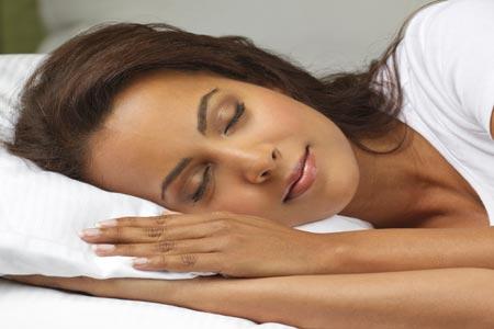 النوم المبكر يقي من القلق والأفكار السلبية