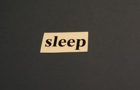 دراسة تكشف عن فوائد النوم على الجنب