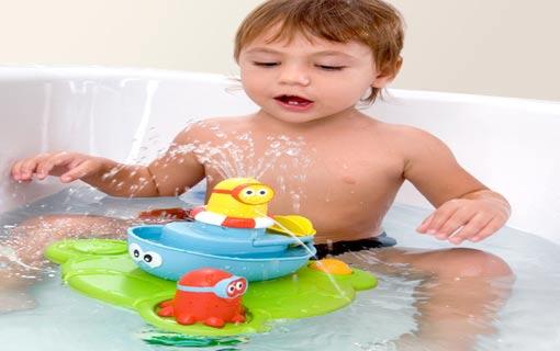 متى يستطيع طفلي الاستحمام بمفرده؟