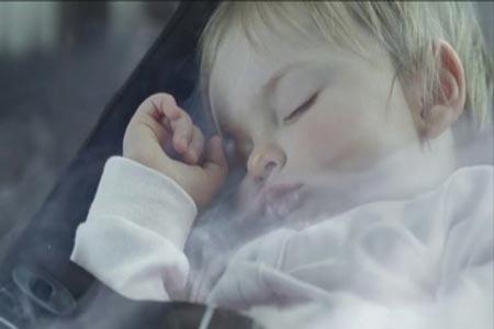 نوم الطفل بجوار أبويه المدخنين يعرّض حياته للخطر