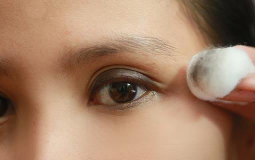 زيت الأطفال لإزالة مكياج العيون