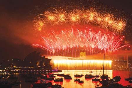 العالم يستقبل العام الجديد بالموسيقى والألعاب النارية