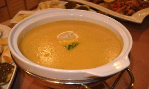 حساء العدس والبرغل مع كباب بري (لحم الحمل المشوي)