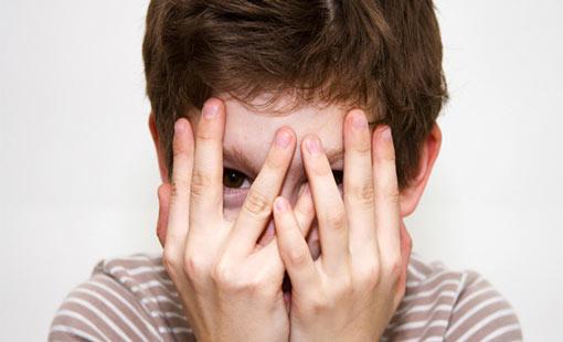 الطفولة الخجولة.. أسباب وعلاج