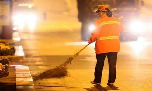 مليونيرة صينية تعمل كعاملة نظافة لتلقن أولادها درساً