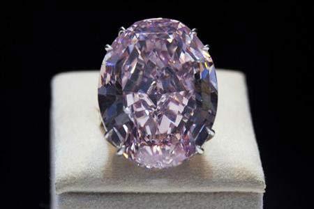 ألماسة (النجمة الوردية) تباع بثمن قياسي بلغ 83 مليون دولار