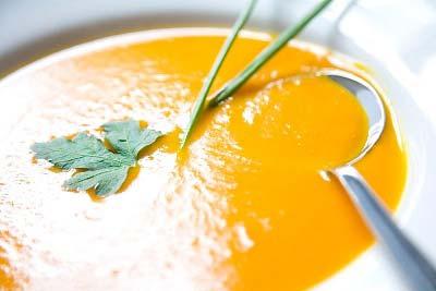حساء العدس مع الأرز والدجاج بالمكسرات