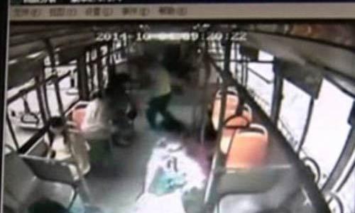 انفجار جوال في وجه فتاة خلال تغيير البطارية