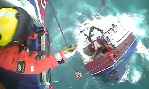 إنقاذ صيادين قبل غرق سفينتهم بلحظات