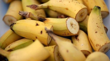 الموز لانتزاع قلادة ابتلعها لص