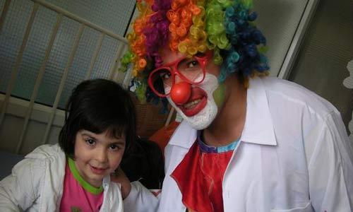 الطبيب المهرج.. يعالج الأطفال بالضحك