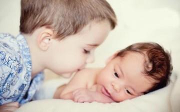 كيف تتواصل أفراد العائلة مع المولود الجديد؟