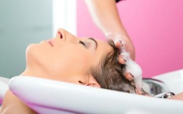 الطريقة الصحيحة لغسل الشعر حسب نوعه