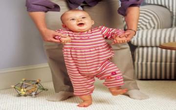 متى يمشي الطفل خطواته الأولى؟