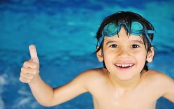 السباحة رياضة مناسبة ومفيدة لطفلك