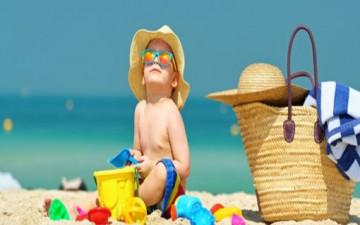 كيف تبقين طفلك آمناً من الشمس في الصيف؟
