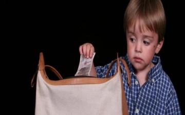 السرقة عند الأطفال.. الأسباب والعلاج