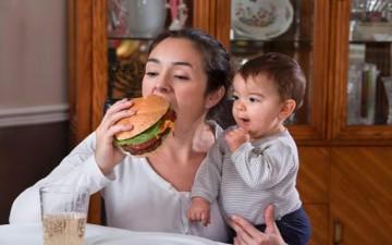 إدمان الحامل على الوجبات السريعة ينتقل إلى الجنين