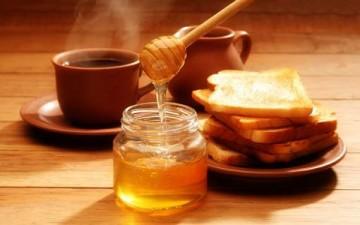 تخلصي من جفاف بشرتك في رمضان بالعسل وزيت اللوز