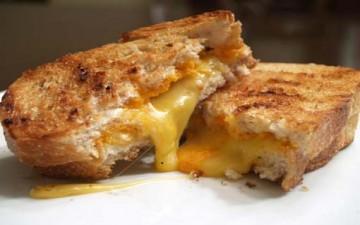 خبز باللحم المفروم والجبن