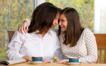كيف تتعامل الأُم مع ابنتها المراهقة؟