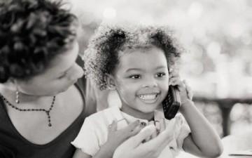 كيف تدربين طفلك على التحدث مع الكبار بلباقة؟