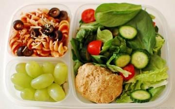 عناصر مهمة لتغذية الطفل في سن المدرسة