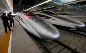 """قطار """"الطلقة"""" الصيني فائق السرعة يدخل الخدمة"""