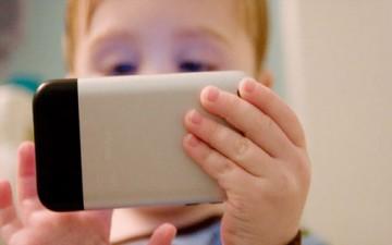 استخدام الأطفال للهواتف الذكية.. فوائد ومحاذير