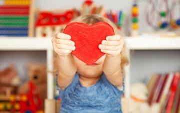 كيف نتعامل مع الطفل الرومانسي؟