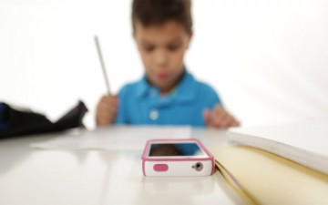 «الهواتف المحمولة» تسبب تأخر الطلاب علمياً