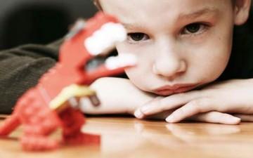 كيف يتعامل الأهل مع خوف طفلهم؟
