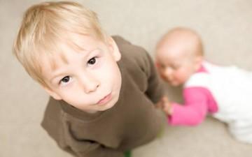 الغيرة بين الأطفال وأسلوب التعامل الأمثل