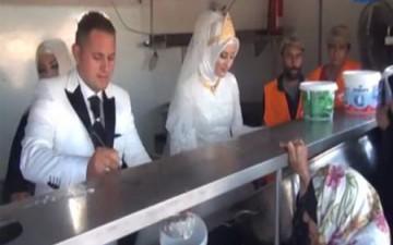عروسان تركيان يقيمان ولائم لـ4ألاف لاجئ