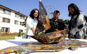 نحاتون من نيبال يحولون نفايات ايفرست الى أعمال فنية