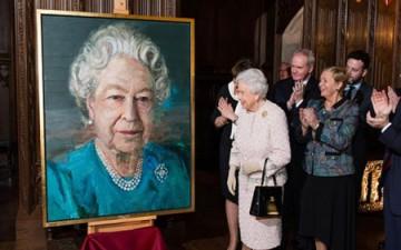 الملكة إليزابيث تكشف الستار عن لوحة لها