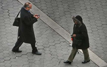 هل تمنع فرنسا استخدام الموبايل أثناء المشي؟