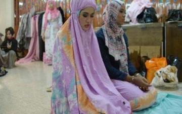 شابات يشاركن في مسابقة ملكة جمال العالم الإسلامي