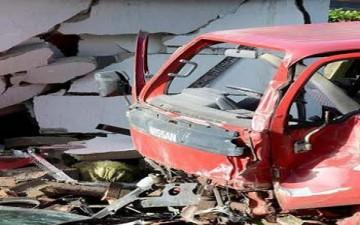 شاحنة «تيسكو» تصطدم بخمس سيارات وتحطم منزلاً