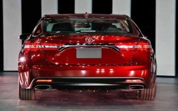تويوتا أفالون 2013 أول سيارة في العالم تحظى بجهاز شحن لاسلكي لهاتفك المحمول